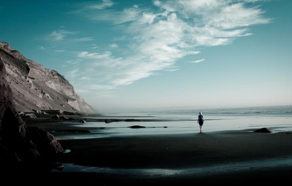 Картинка песок, пляж, небо, девушка, облака, одиночество, настроение, океан, скалы, Берег