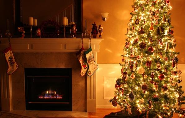 Картинка огни, праздник, игрушки, свечи, Комната, Рождество, Новый год, ёлка, камин, полумрак, гирлянда, разноцветные, сказочные, бра, …