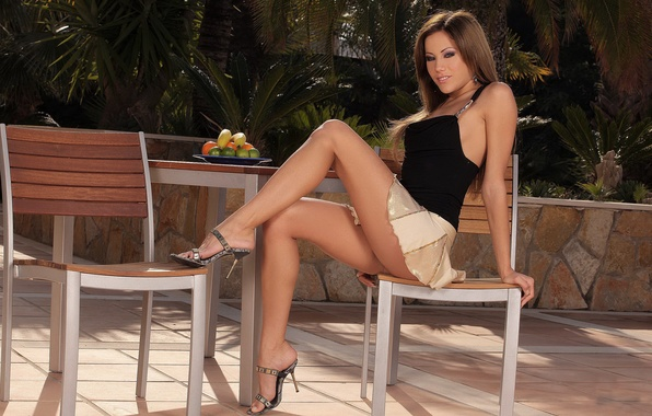 Картинка девушка, стол, юбка, сад, брюнетка, стул, топ, ножки, anita pearl