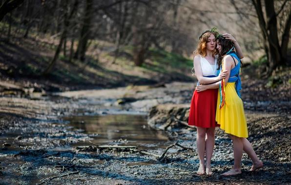Картинка страны, девушки, мир, дружба, Россия, Украина, сёстры, флаги платья, взаимопонимание