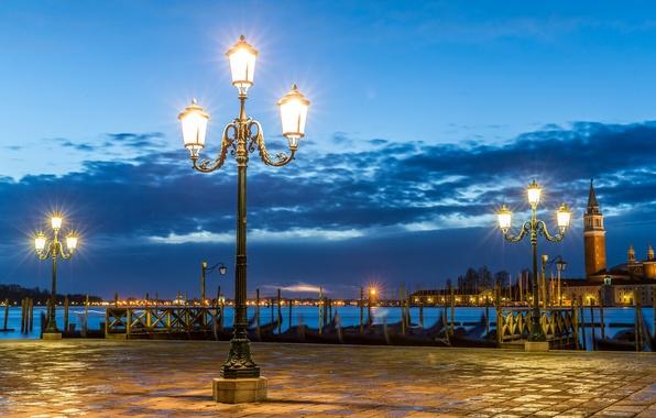 Картинка тучи, пристань, вечер, освещение, площадь, фонари, Италия, Венеция, Italy, гондолы, Venice