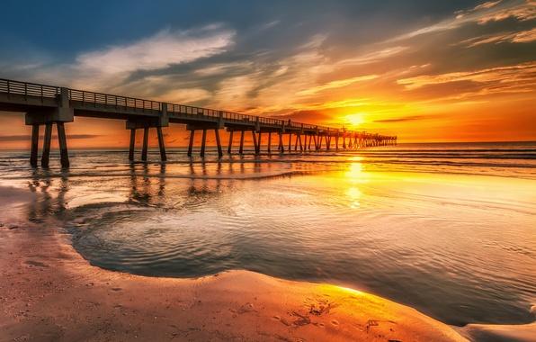 Картинка песок, море, небо, облака, закат, следы, люди, берег, причал, пирс