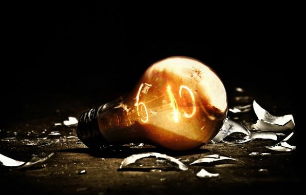 Картинка лампочка, свет, осколки, темнота, электричество, light, горит, нить накаливания, вольфрам, лампа накаливания
