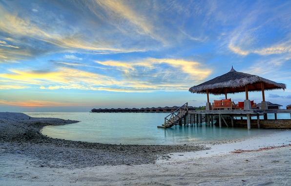 Картинка песок, море, небо, облака, закат, камни, берег, вечер, Мальдивы, бунгало