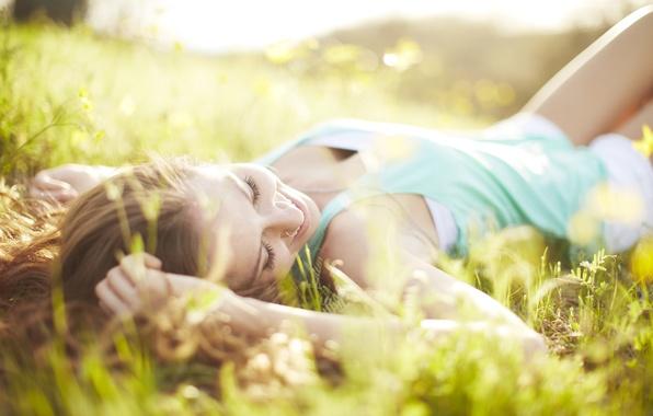 Картинка зелень, трава, девушка, солнце, макро, лучи, радость, счастье, природа, лицо, улыбка, фон, отдых, релакс, обои, …