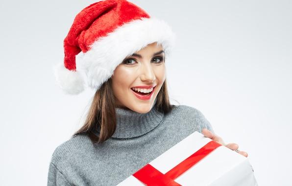 Картинка взгляд, девушка, улыбка, коробка, подарок, шатенка, колпак, свитер