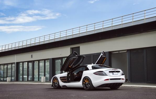 Картинка белый, небо, облака, Mercedes-Benz, white, задок, СЛР, Мерседес Бенц, Gemballa GT, SLR Mclaren