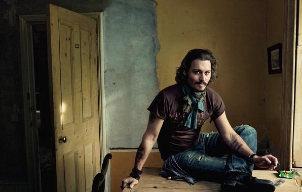 Картинка улыбка, стол, комната, стена, Johnny Depp, бокал, джинсы, дверь, очки, актер, Джонни Депп, образ, нога, …