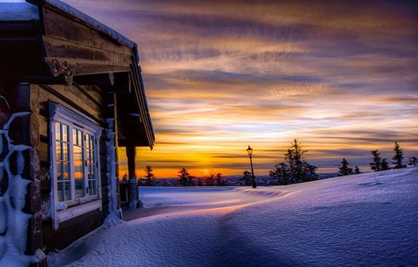 Картинка зима, небо, облака, снег, деревья, закат, природа, дом, холмы, Норвегия, фонарь, сугробы