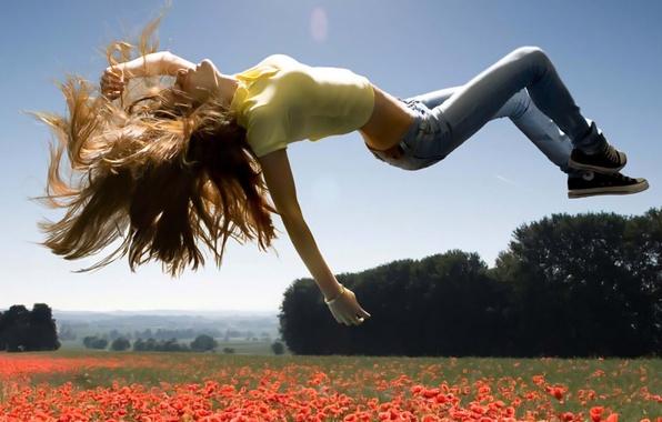 Картинка небо, девушка, облака, пейзаж, цветы, природа, девушки, настроения, волосы, джинсы, брюнетка, взлет, кроссовки
