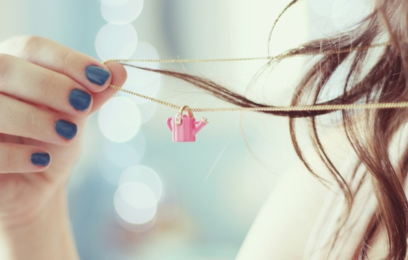 Картинка девушка, фон, обои, настроения, рука, брюнетка, кулон, лейка, цепочка, ногти, лак