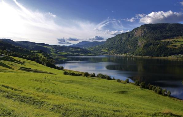 Картинка зелень, лето, небо, трава, вода, облака, деревья, пейзаж, горы, природа, озеро, холмы, поля