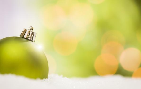 Картинка зима, снег, зеленый, фон, игрушка, шар, шарик, Новый Год, Рождество, украшение, Christmas, праздники, боке, New …