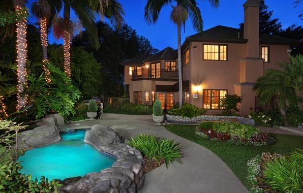 Картинка цветы, огни, дом, пальмы, газон, вечер, бассейн, сад, фонари, Калифорния, США, гирлянды, особняк, лампочки, кусты, ...