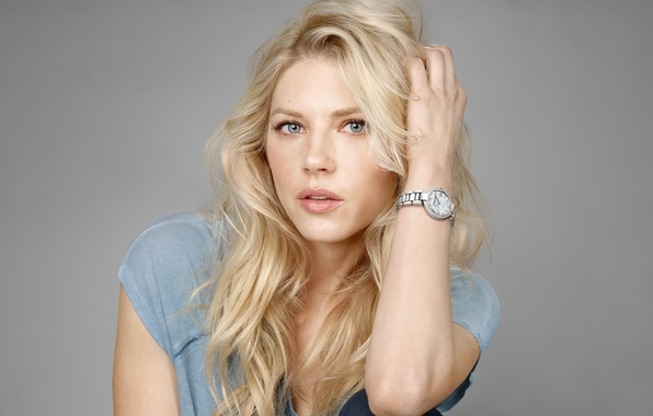 Картинка серый, фон, часы, джинсы, макияж, реклама, актриса, футболка, прическа, блондинка, Raymond Weil, фотосессия, бренд, Katheryn ...