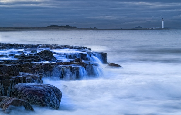 Картинка море, небо, тучи, камни, берег, маяк, вечер, Шотландия, прибой, Великобритания, потоки, Scotland, вдали, Great Britain, …