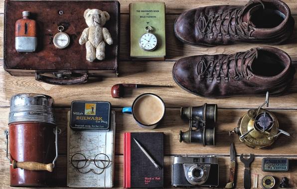 Картинка вещи, часы, книги, кофе, трубка, ботинки, очки, фотоаппарат, бинокль, термос, горелка
