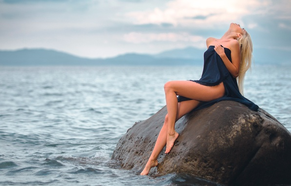Картинка вода, девушка, камень, ножки
