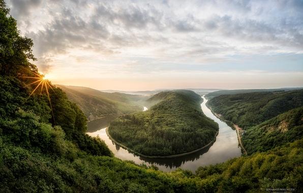 Картинка солнце, лучи, деревья, туман, река, весна, утро, Германия, каньон, Май, Saarschleife, Саар