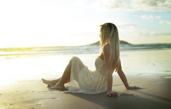 Картинка песок, пляж, девушка, поза, платье, блондинка, сидит, сарафан