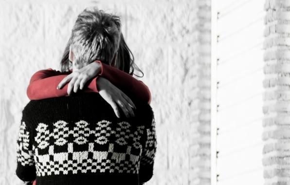 Картинка девушка, любовь, красный, тепло, фон, widescreen, черно-белый, обои, романтика, настроения, женщина, спина, руки, пара, wallpaper, …