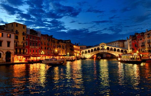 Картинка облака, огни, дома, лодки, вечер, Италия, канал, венеция, гондолы