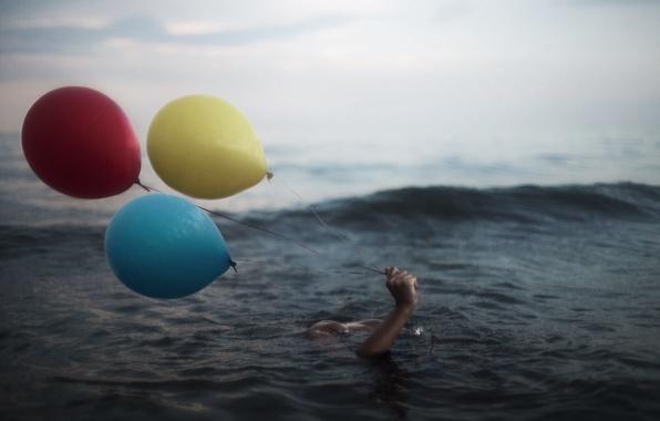Картинка море, шары, рука