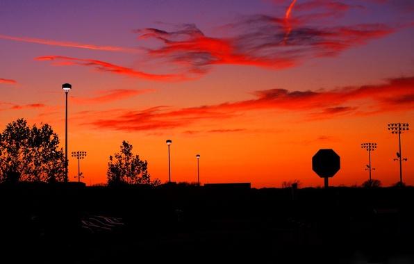 Картинка небо, облака, закат, город, знак, улица, силуэт, фонари, зарево
