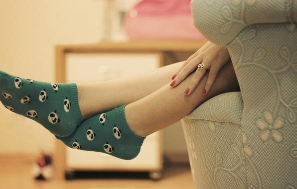 Картинка девушка, фон, ноги, настроения, рисунок, рука, кольцо, панда, носки, пальцы, украшение, HD wallpapers, обои для …