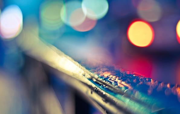 Картинка цвета, вода, капли, макро, свет, город, огни, блики, дождь, яркие, перила, разноцветные