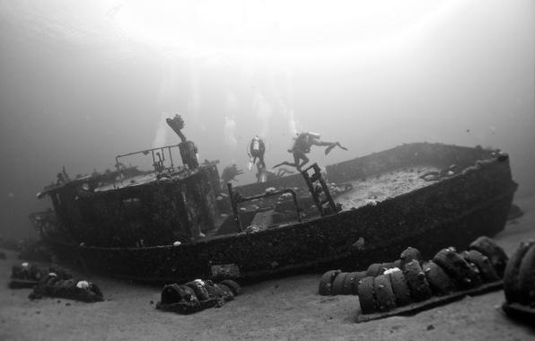 Картинка поверхность, мусор, шины, водолазы, морское дно, солнечный свет, кораблекрушения, экстремальный спорт, подводное плавание