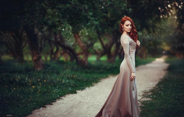 Картинка лес, трава, листья, девушка, деревья, парк, модель, серьги, фигура, платье, грация, рыжая, аллея, тропинка, шикарная, …