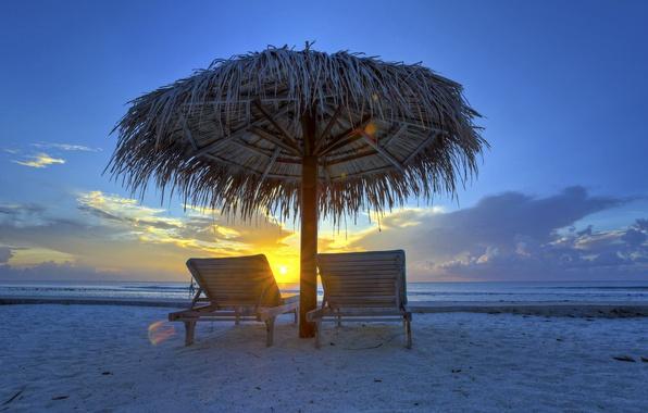 Картинка море, небо, облака, закат, вечер, зонт, шезлонг, навес, Мальдивы