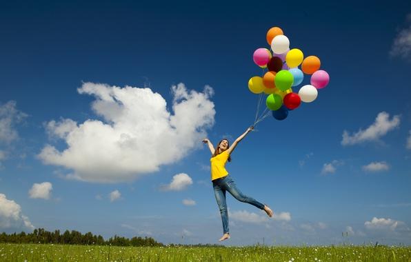 Картинка небо, трава, девушка, облака, шарики, полет, радость, счастье, воздушные шары, парение
