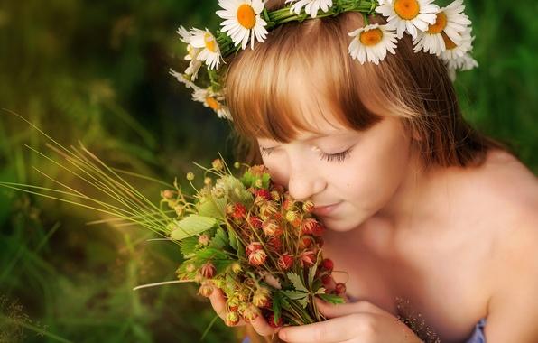 Картинка лето, радость, счастье, детство, ромашки, девочка, венок, аромат, ладони, блаженство, луговая клубника