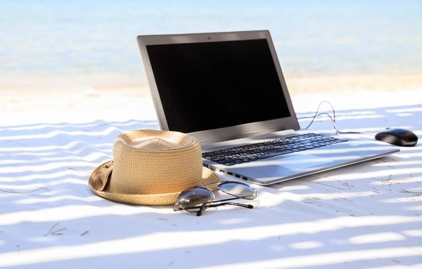 Картинка пляж, лето, отдых, шляпа, очки, ноутбук, summer, beach, каникулы, vacation, accessories