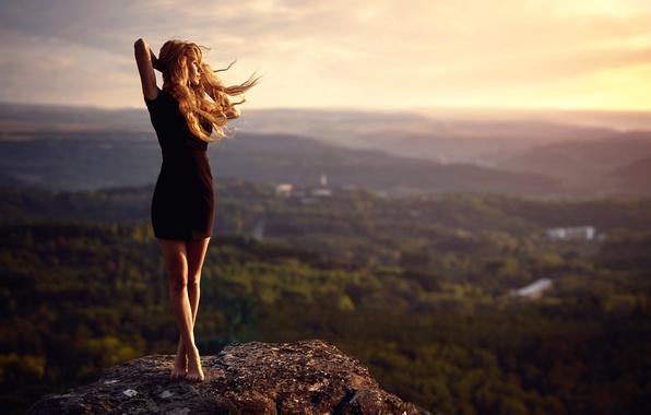 Картинка девушка, ветер, камень, вид, высота, платье, ножки