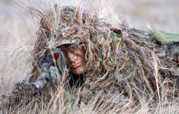 Картинка трава, лицо, засада, маскировка, снайпер, прицел, винтовка, снайперская