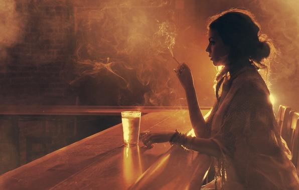 Картинка девушка, свет, стакан, дым, бар, сигарета