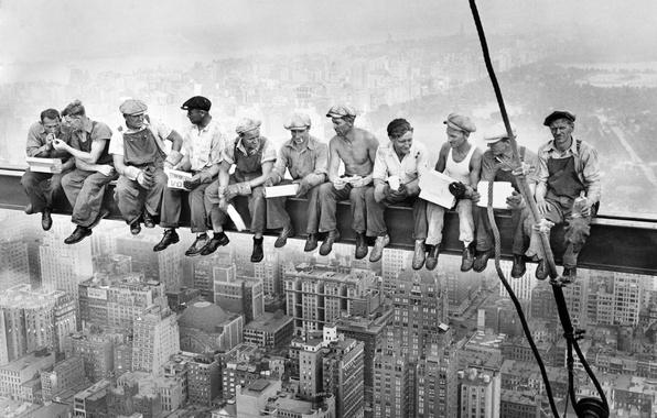 Картинка город, фото, отдых, здание, высота, небоскреб, рабочие, история, new york, перекур, перерыв, балка