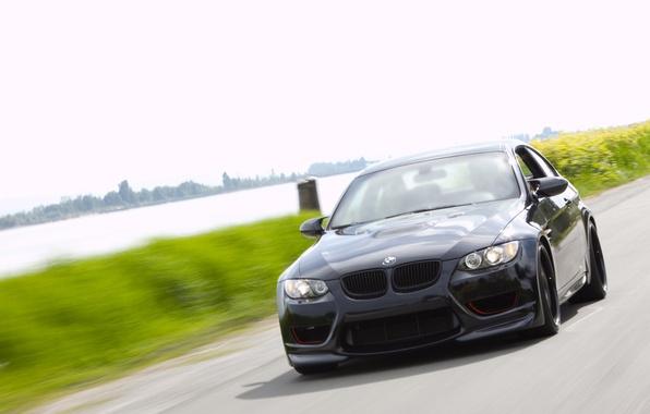 Картинка дорога, зелень, река, скорость, размытие, BMW, черная