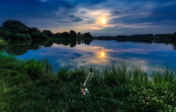 Картинка лето, небо, трава, солнце, облака, река, берег, рыбалка, удочка