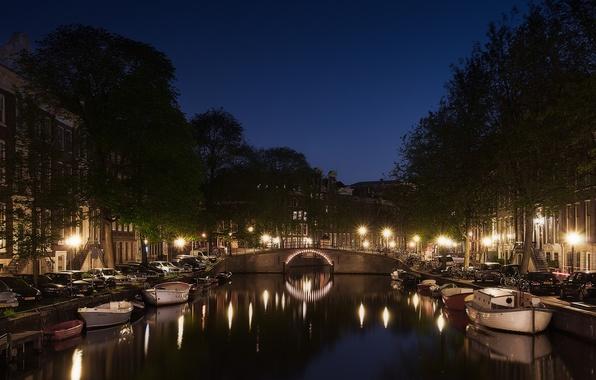 Картинка машины, ночь, огни, отражение, улица, лодки, Амстердам, фонари, канал, Голландия