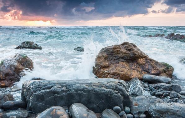 Картинка море, небо, закат, брызги, тучи, шторм, природа, камни, ветер, берег
