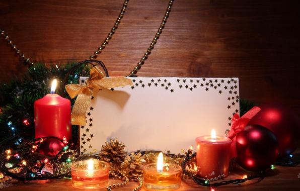 Картинка шары, свечи, лента, звёздочки, полумрак, гирлянда, мишура, бант, шишки, карточка, ёлочные украшения