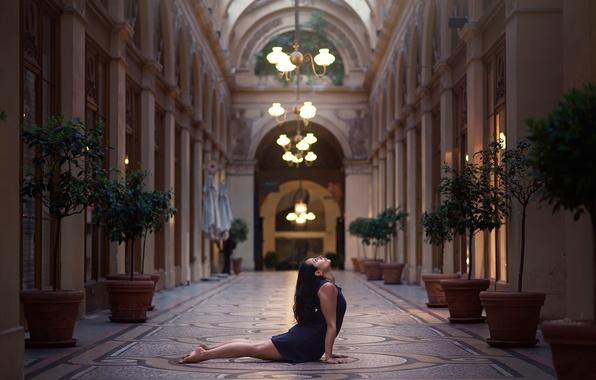 Картинка девушка, танец, люстры, Gemma Vassallo