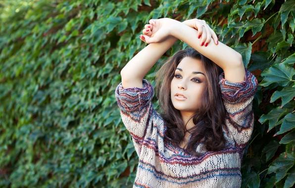 Картинка девушка, природа, лицо, модель, волосы, кольца, руки, макияж, кофта, позирует, маникюр, вязка, Christina Nicolaeva