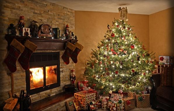 Картинка свет, украшения, комната, игрушки, елка, Рождество, подарки, Новый год, камин, Праздник, Christmas, фонарики, New Year