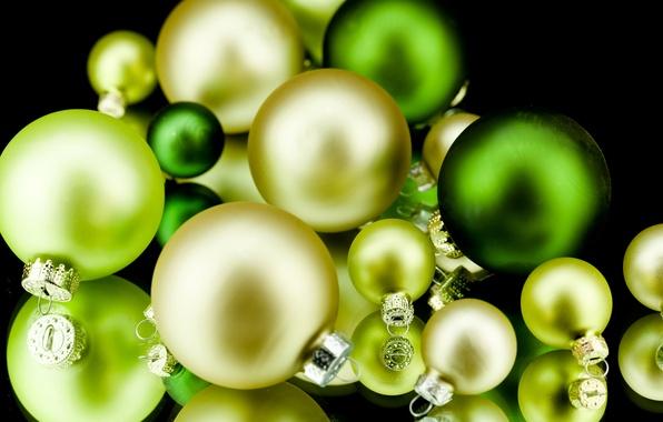 Картинка шарики, фон, праздник, шары, черный, игрушки, желтые, Новый Год, зеленые, Рождество, декорации, Christmas, New Year, …