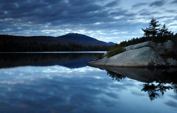 Картинка лес, небо, облака, горы, озеро, отражение, камни